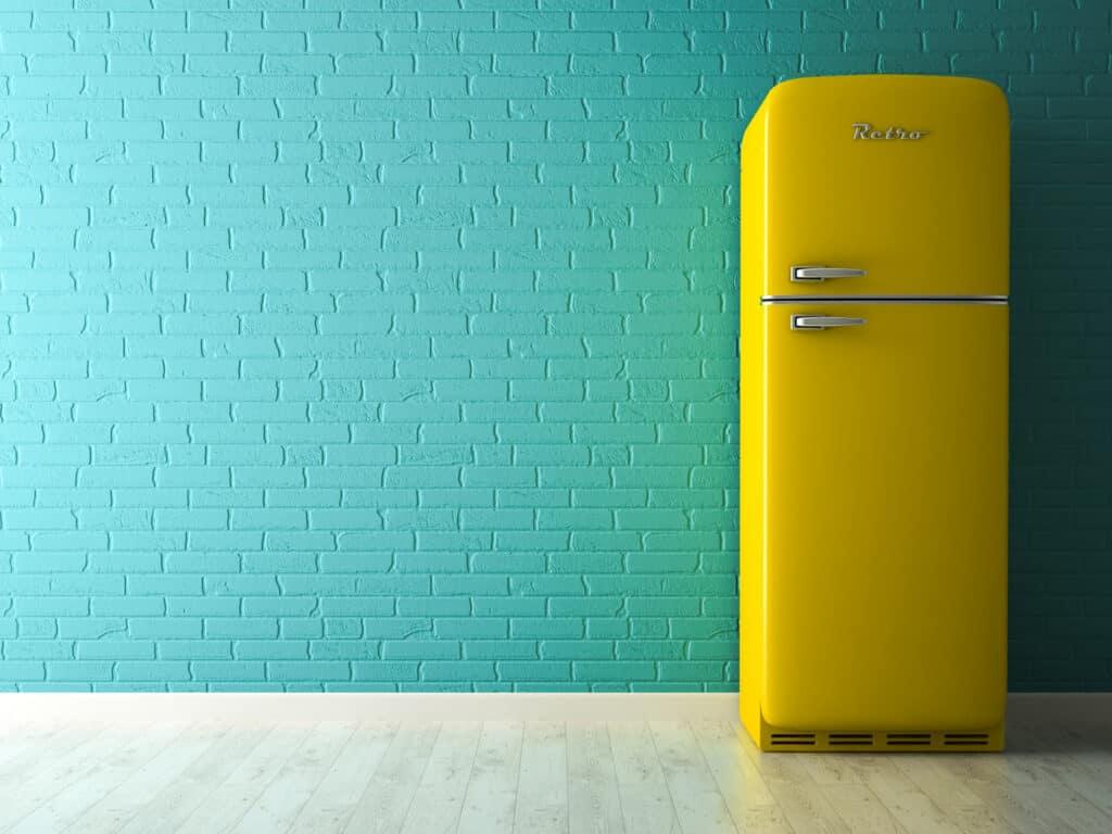 Gelber amerikanischer Retro-Kühlschrank